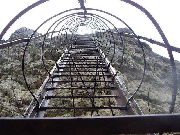 Как живется грузинскому монаху на вершине скалы, где он провел уже 26 лет