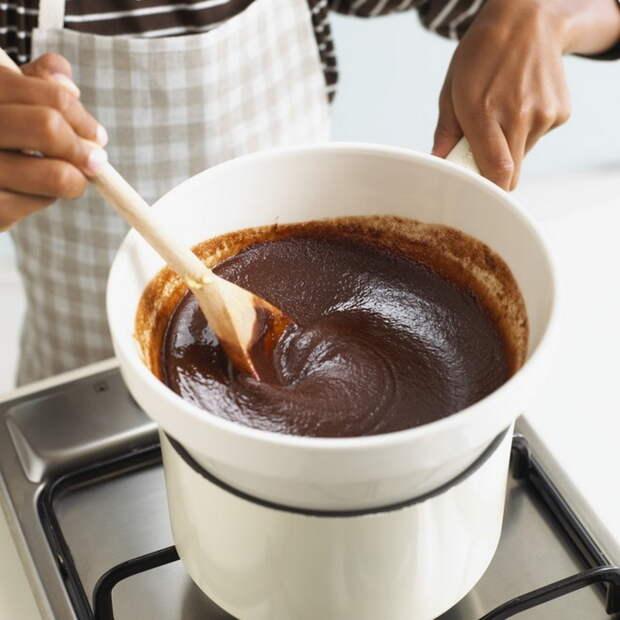 Кокосовые батончики окунаем в растопленный шоколад - готово.  Фото: Wday.ru