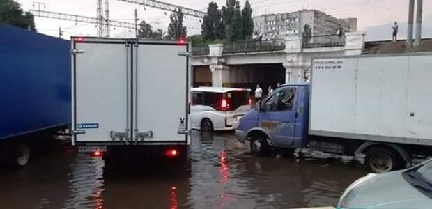 В Краснодаре ливень парализовал уличное движение ВИДЕО