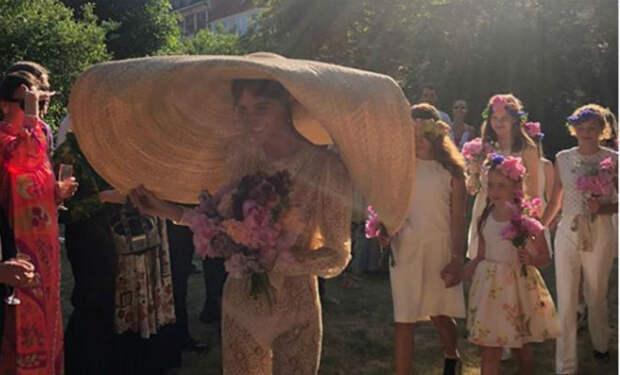 Невеста пришла на свадьбу в невидимом платье и смутила гостей