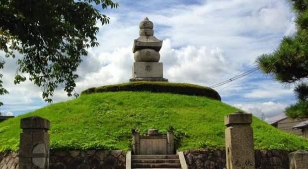 Один из памятников-гробниц.