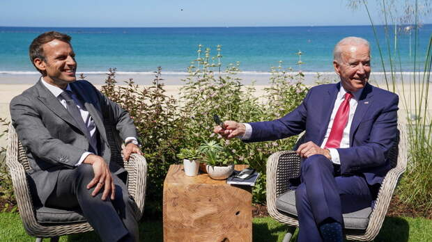Байден обсудил с Макроном политику в отношении Китая и России