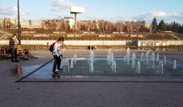 Перед изнуряющей жарой вОмске вновь запустили «сухой» фонтан