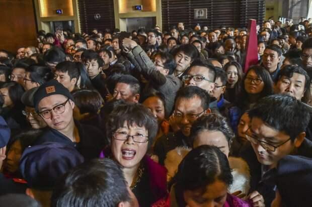 Толпа ждет, когда новый жилой комплекс откроется для распродажи, в Ханчжоу, провинция Чжэцзян. китай, люди, население