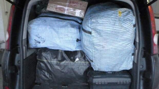 Награнице Ростовской области задержали водителя законтрабанду женских сапог