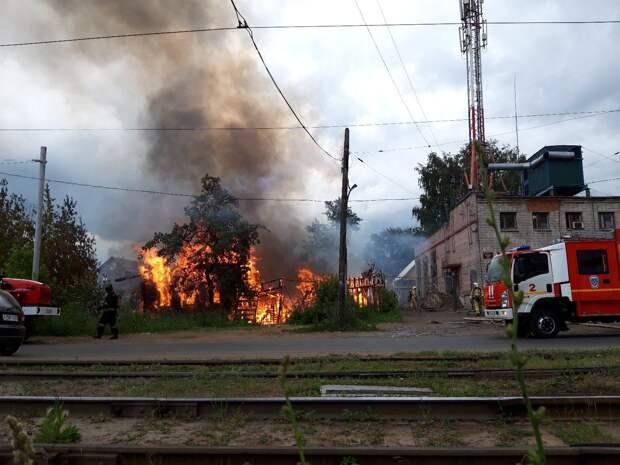 Барак сгорел на улице Серова в Ижевске