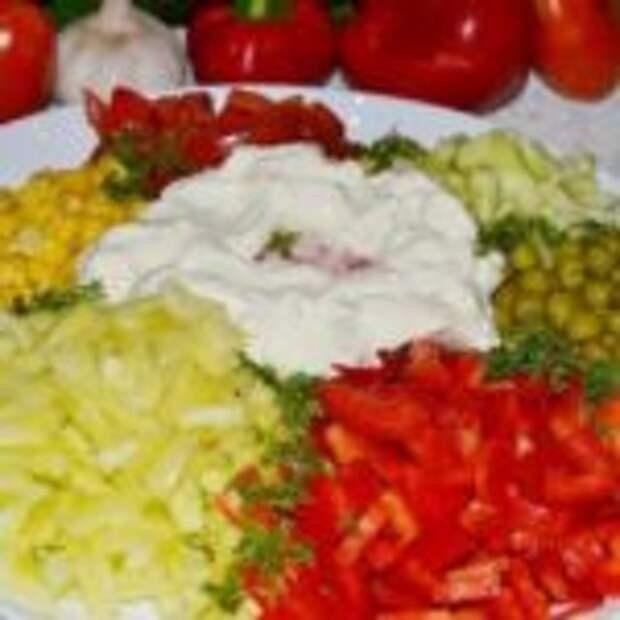 """Салат """"Любимый"""" с колбасой и овощами."""