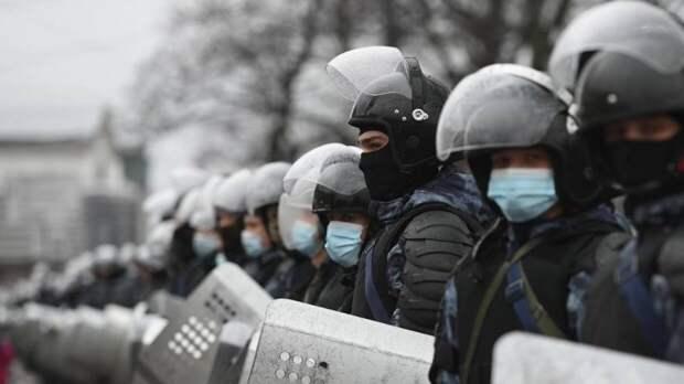 Обмотанный скотчем человек вышел на незаконный митинг в Москве