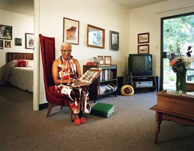Из-за низкой прочности стен в американских квартирах телевизор можно установить только на специальную тумбу, повесить не получится / Фото: blog.postel-deluxe.ru