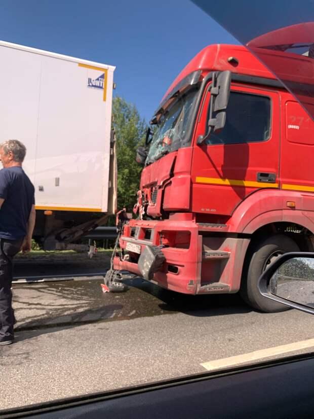 В Малопургинском районе Удмуртии столкнулись три грузовика и кроссовер