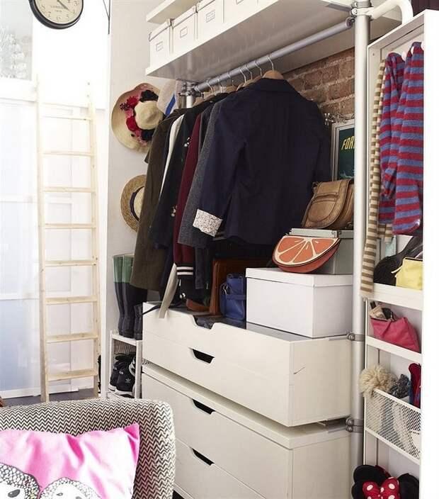 Вешалка заменит шкаф и сэкономит место.