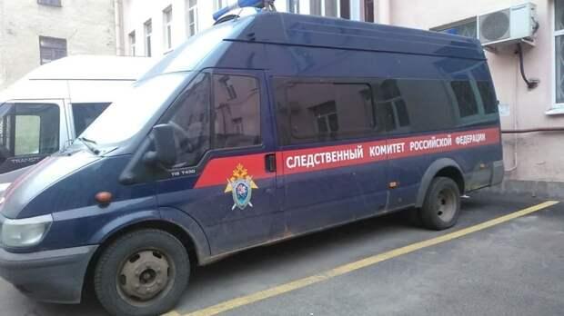 Труп безработной петербурженки нашли в строительной пленке в квартире