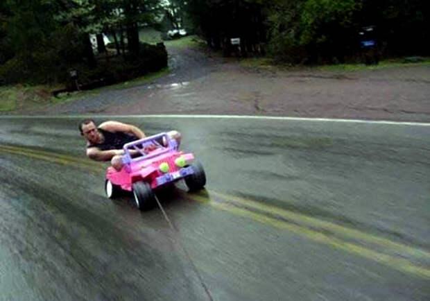 Дрифтер на розовом кабриолете. | Фото: Фишки.нет.