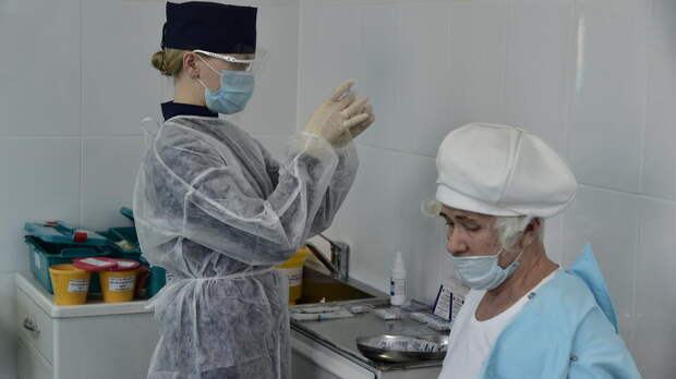 Россиянам объяснили порядок вакцинации от COVID и гриппа