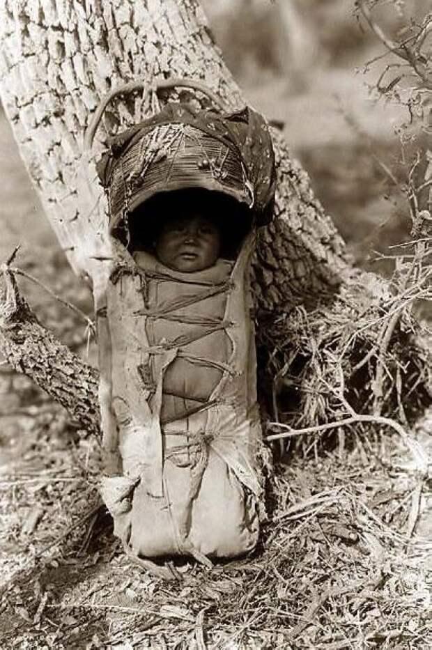 Сначала ребенка клали в люльку, затем затягивали шнуровку, чтобы он не выпал, далее, с помощью ремня люлька крепилась к спине матери (в районе талии) интересное, младенцы, ношение, обычаи, пеленание, факты