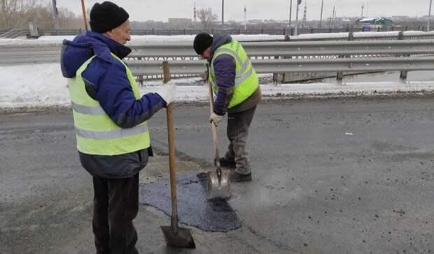 На виадуке Илекской трассы сделали ямочный ремонт