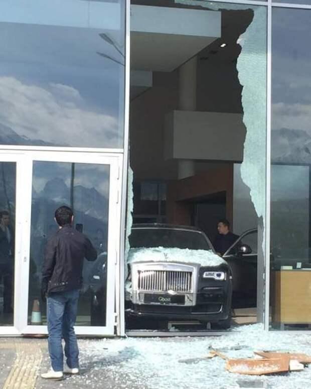 Rolls-Royce авария в автосалоне