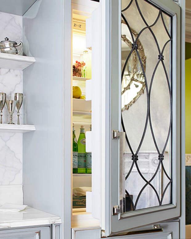 Оригинальное зеркало на дверце холодильника.