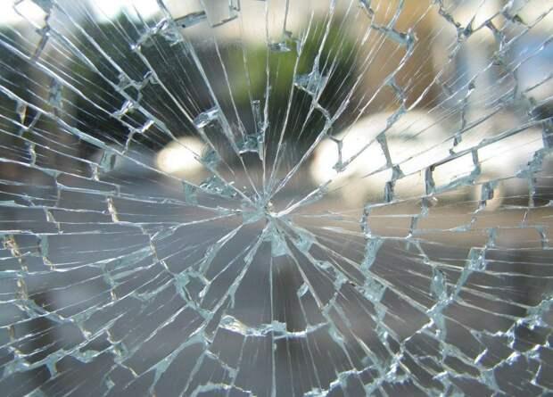 Водитель перепутал педали и влетел в столб на Юровской улице