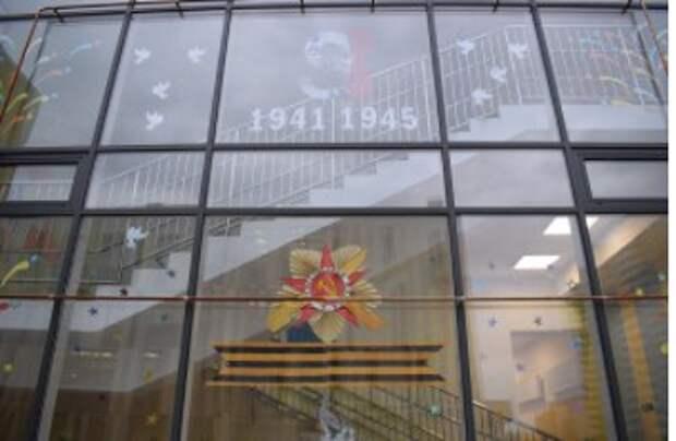 Окна на Синявинской украсили победной символикой