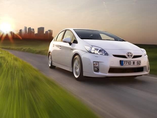 Стремительный гибрид Toyota Prius/ Фото: cartechnic.ru