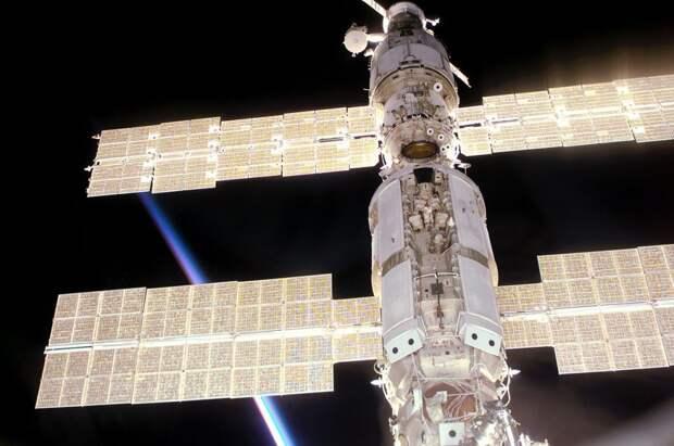 Энергетическая ситуация на российском сегменте МКС — хорошая иллюстрация проблем международных станций. Американские солнечные батареи значительную часть времени затеняют российские, из-за чего те вырабатывают намного меньше электроэнергии, чем могут / ©Wikimedia Commons