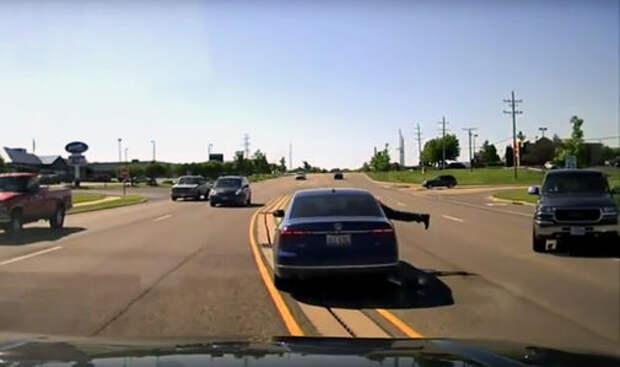Мужчина с ходу запрыгнул в автомобиль, чтобы спасти водителя