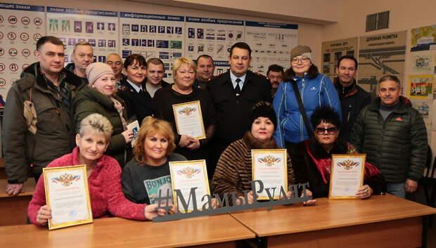 Сотрудники ГИБДД Подольска поздравили женщин‑водителей троллейбусов с Днем матери