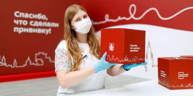 Собянин: Прошедшие повторную вакцинацию пенсионеры получат набор «С заботой о здоровье». Фото: Пресс-служба Департамента здравоохранения города Москвы