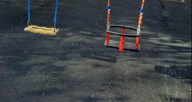 Детским качелям на улице Чистова случайно повысили возрастной ценз