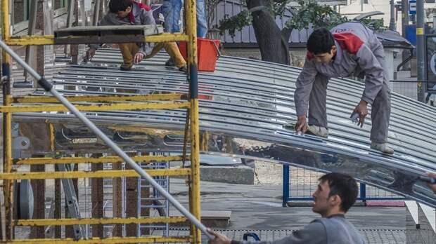 Проходишь мимо - и в спину несётся ржач: Жители Бужанинова потребовали изгнать мигрантов
