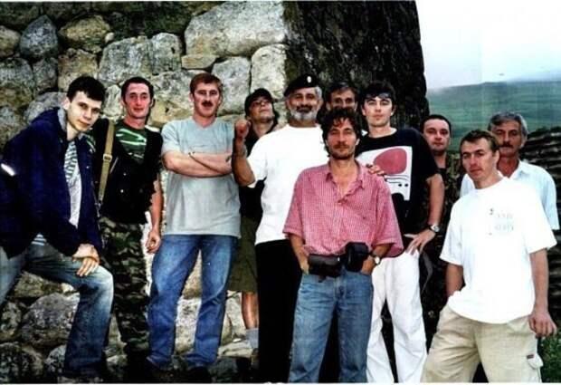 Съемочная группа фильма *Связной*. Северная Осетия, Кармадонское ущелье, 2002   Фото: doseng.org