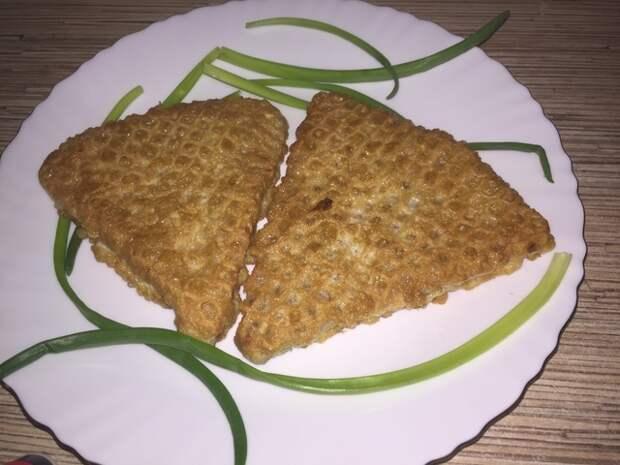 Фото к рецепту: Вафли с фаршем или ленивые беляши, очень просто.
