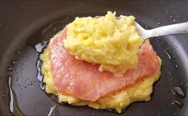 Подкладываем картофель между мясом и сковородой. За счет прослойки получается гораздо сочнее
