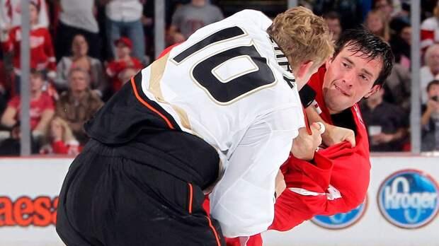 Скандальная драка русского хоккеиста Дацюка в США. Он завалил на лед дерзкого канадца Перри: видео
