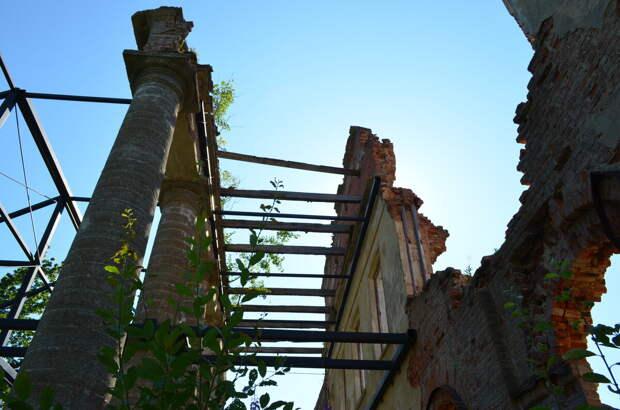 Подпорки держат колонны и стену фасада