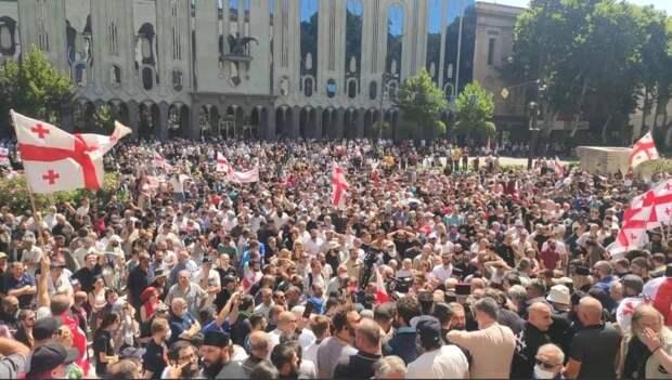 Гей-парад обернулся побоищем: В Тбилиси срывают флаги ЕС