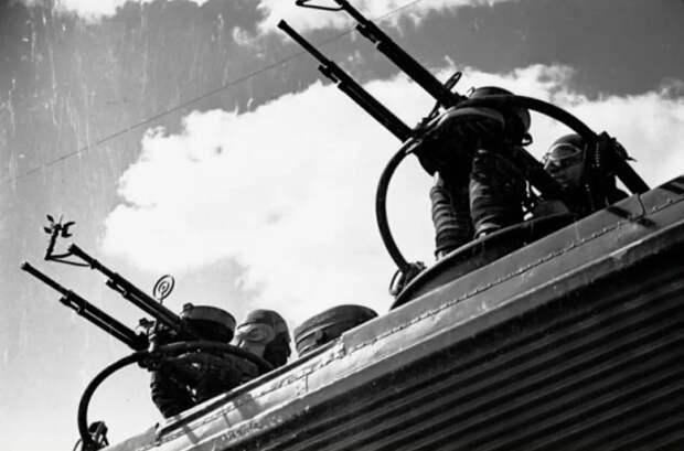 Спарка пулеметов ДА на самолете ТБ-3. <br>