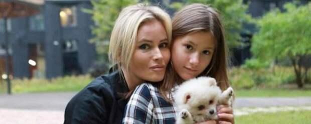 Дочь Даны Борисовой порезала себя в туалете школы