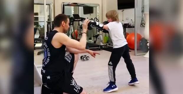 «Времени зря нетеряем!» Плющенко показал боксерскую тренировку 7-летнего сына