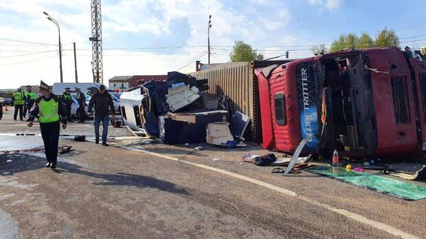 В результате ДТП с грузовиком и микроавтобусом под Смоленском госпитализированы 13 человек