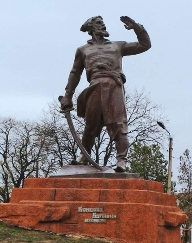 Памятник Кондратию Булавину в селе Трехизбенка — бывшей станице Трехизбенной