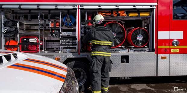 Пожарные потушили горевший мусор в контейнере во дворе на улице Степана Супруна