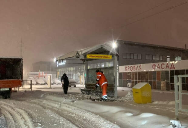 Краснодар вновь в снегу: на дороги и тротуары города вышли люди и техника