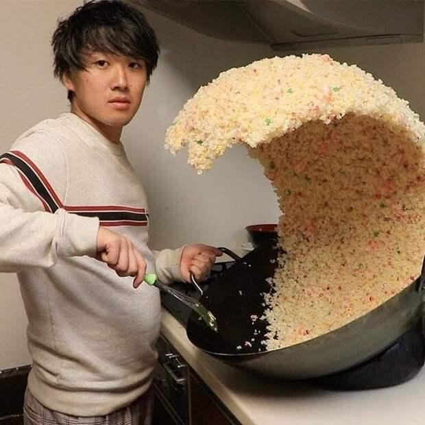 Вы поглядите, как он мастерски управляется с рисом!