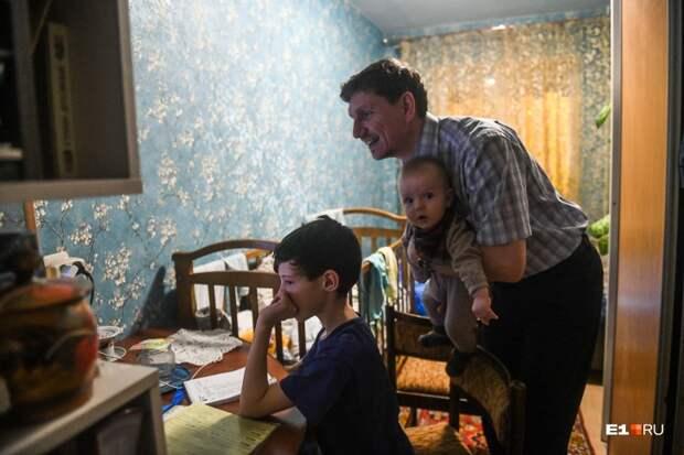 На руках у Виталия маленький Федя — общий с Надеждой ребенок. За компьютером — Ваня, сын Надежды