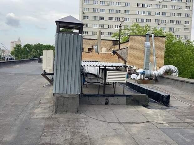 На западе Москвы демонтировали незаконное сооружение на крыше ТЦ