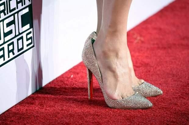 Большая обувь постоянно спадает с ноги. / Фото: Zen.yandex.ru