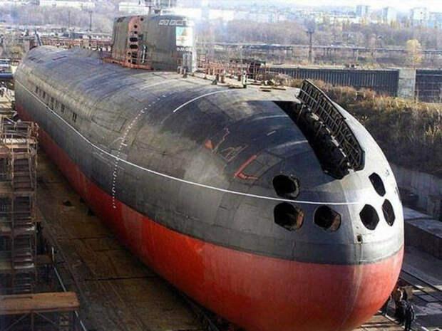 Вид на носовую оконечность подлодки проекта 949А К-148 «Краснодар», аналогичной подлодке «Курск». Хорошо видны отверстия носовых торпедных аппаратов по правому борту, в одном из которых 12 августа 2000 года на «Курске» и взорвалась торпеда