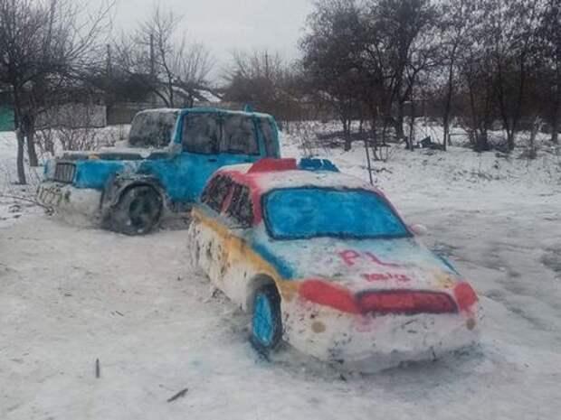 В Днепре из снега слепили полицейский Prius. На следующий день рядом появился внедорожник Mercedes